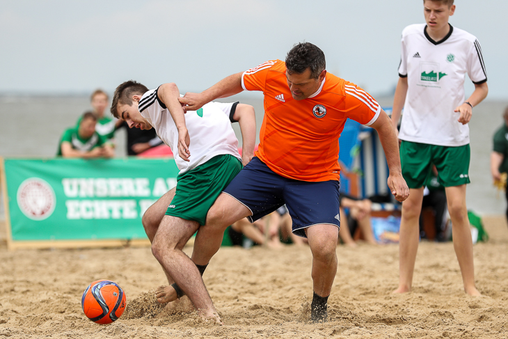Mit Stefano Mari (r.) war der deutsche Rekordnationalspieler im Beachsoccer zu Gast in Bremerhaven.