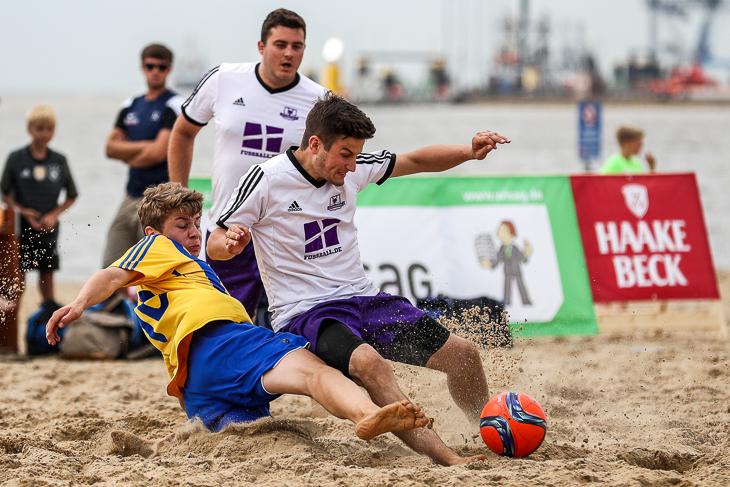 Der VfL 07 (gelbes Trikot) und die Strandfüchse boten ein spannendes Finale.