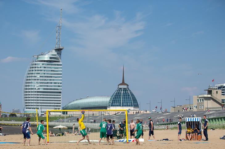 Vor der Skyline Bremerhavens wird der AOK Beachsoccer Cup ausgetragen.