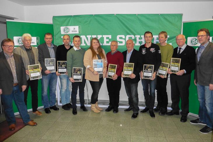 Verbandsschiedsrichterobmann Torsten Rischbode (l.) und BFV-Vizepräsident Michael Grell (r.) Rahmen die ausgezeichneten Unparteiischen ein.