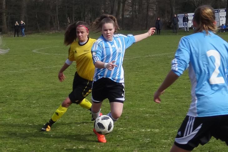 Milena van der Pütten behauptet den Ball im Spiel gegen Sachsen-Anhalt.