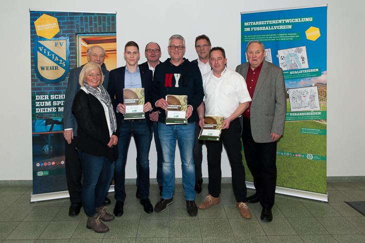 Mirko Vopalensky (3.v.l.), Peter Ehlers (4.v.r.) und Andreas Grisar (2.v.r.) erhielten eine Urkunde und eine DFB-Uhr für ihr Engagement. (Fotos: Oliver Baumgart)