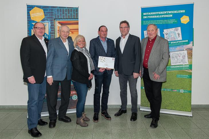 Axel Seekamp (3.v.r.) ist Landessieger beim DFB-Ehrenamtspreis.