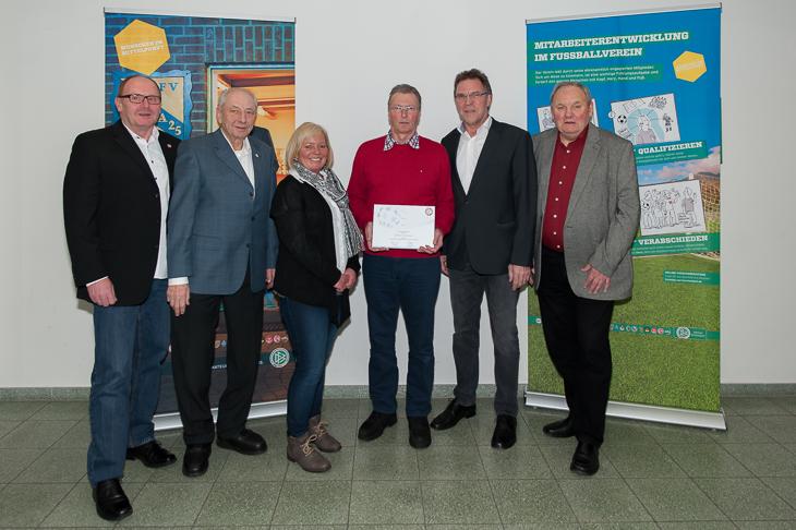 In Bremen-Stadt ist Günter Stratmann (3.v.r.) der Preisträger.