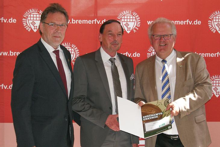 Axel Seekamp (m.) freute sich ebenso über die Auszeichnung durch Michael Grell (l.) und Hans-Ludwig Meyer,...