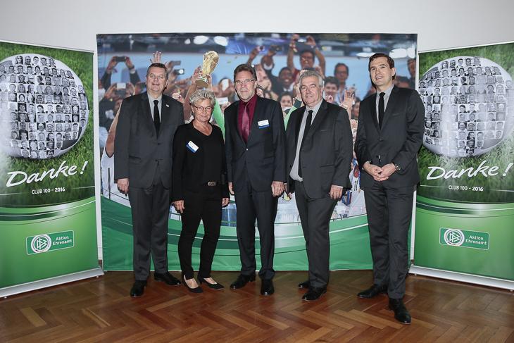 Petra Löffler (2.v.l.) verbrachte einen erlebnisreichen Tag mit DFB-Präsident Reinhard Grindel, BFV-Vizepräsident Michael Grell, DFB-Vizepräsident Peter Frymuth und DFB-Generalsekretär Dr. Friedrich Curtius (v.l.). (Foto: Getty Images)