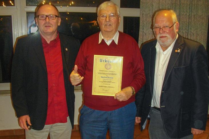 Manfred Rimpler freut sich über die Silberne Ehrennadel des Bremer FV