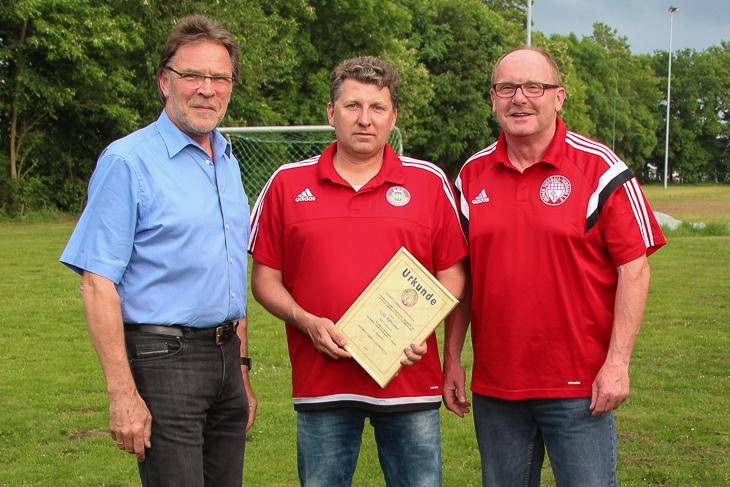 Lutz Allhusen (m.) wurde von Michael Grell (l.) und Axel Zielinski mit der silbernen Ehrennadel ausgezeichnet. (Foto: Ralf Krönke)