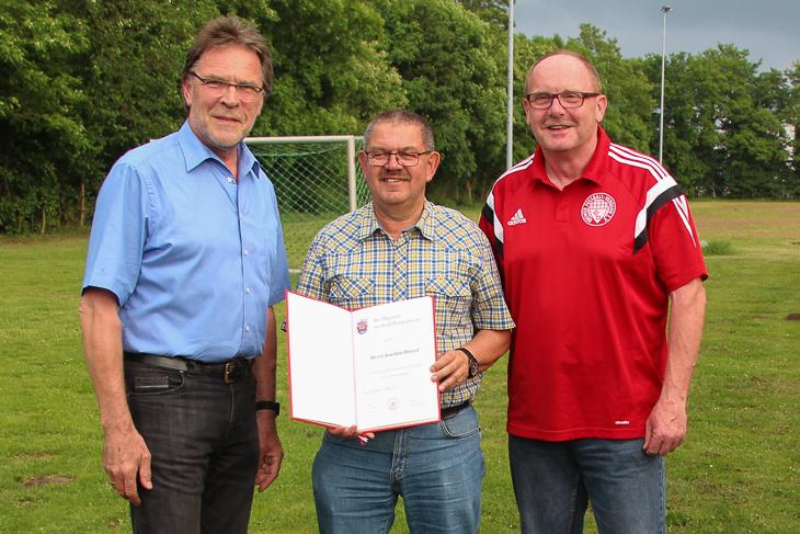 Joachim Dietzel freute sich über die Anerkennung des Magistrats. (Foto: Ralf Krönke)