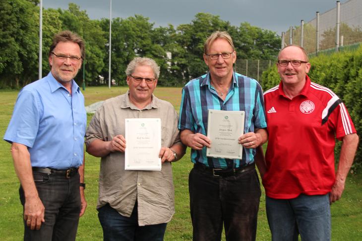 Ralf Krönke (2.v.l.) und Jürgen Türk (2.v.r.) erhielten die DFB-Verdienstnadel. (Foto: privat)