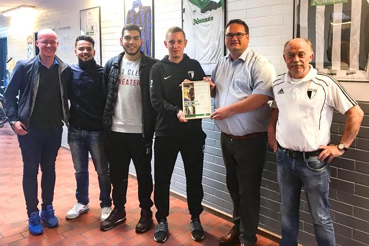 Spielertrainer Sascha Schmidt (3.v.r.) freute sich über die Auszeichnung durch BFV-Präsident Björn Fecker (2.v.r.). (Foto: privat)