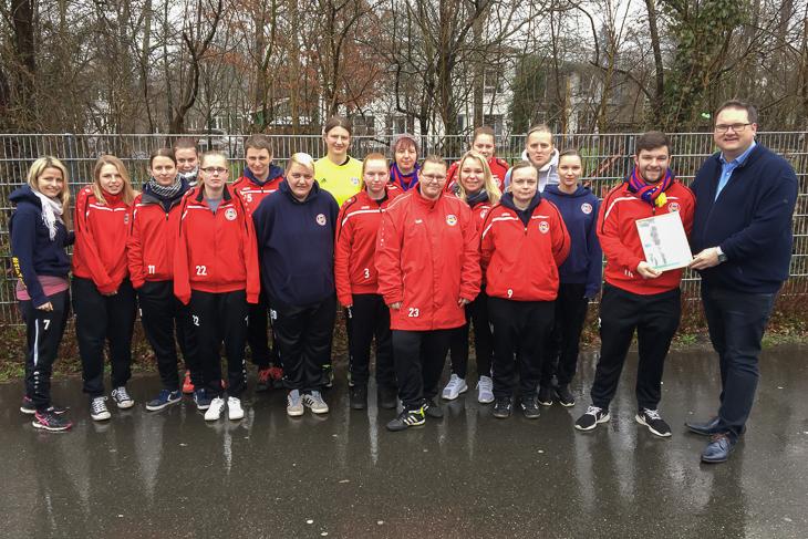 Die Frauen des ESC Geestemünde freuten sich über die Auszeichnung durch BFV-Präsident Björn Fecker (r.), der ESC-Trainer Andree Krawitz (2.v.r.) eine Urkunde überreichte. (Foto: privat)