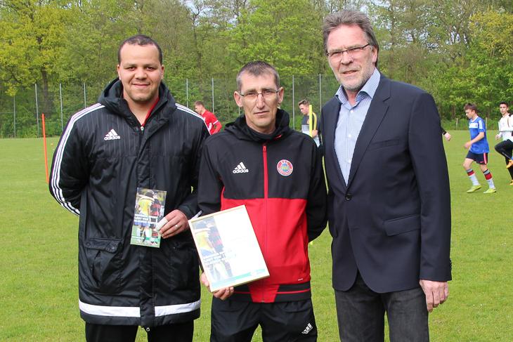 Die ESC-Trainer Gaman Schäfer und Lüder Schwenneker wurden von BFV-Vizepräsident Michael Grell (v.l.) für ihr vorbildliches Verhalten ausgezeichnet. (Fotos: Ralf Krönke)