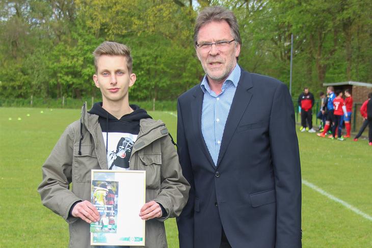 Justin Genz vom Geestemünder TV bekam von BFV-Vizepräsident Michael Grell (r.) die Urkunde überreicht.
