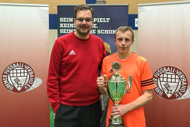 Sebastian Störer (l.) übergab den Siegerpokal der A-Junioren an Ole Littke vom TuS Komet Arsten.