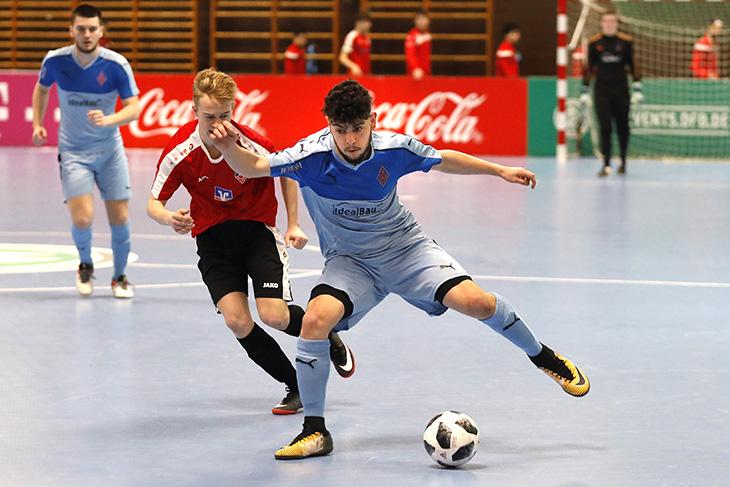 Spielszene aus dem Turnier der A-Junioren: Blumenthals Mahdi Matar (vorn) behauptet im Spiel gegen den VfB Eppingen den Ball.