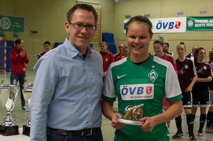 Stefan Ziegler (l.) von der ÖVB überreichte Werders Kira Buller die Torjägerkanone.