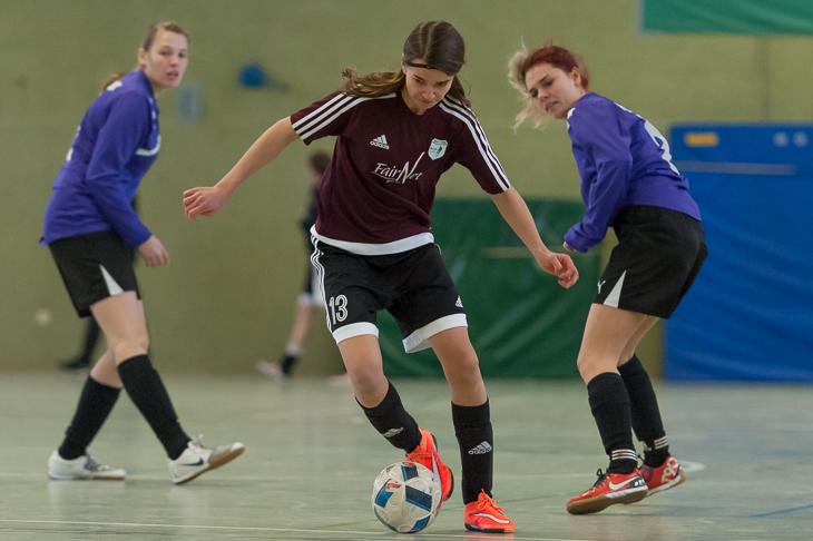 Nina Schlagowsky vom SC Weyhe (m.) treibt den Ball voran.