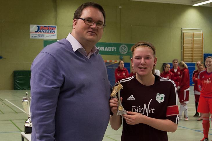 BFV-Präsident Björn Fecker (l.) zeichnete mit Nina Woller die beste Spielerin des Turniers aus.