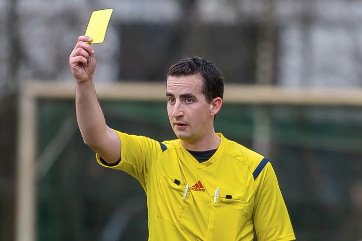 Wer in der Stark Bremen-Liga oder der Landesliga in der kommenden Saison fünf gelbe Karten sieht, muss ein Spiel pausieren. (Foto: dgphoto.de)