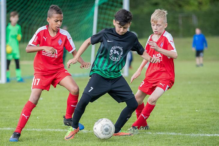 Im Finale standen sich der Blumenthaler SV (rotes Trikot) und der 1. FC Burg gegenüber.