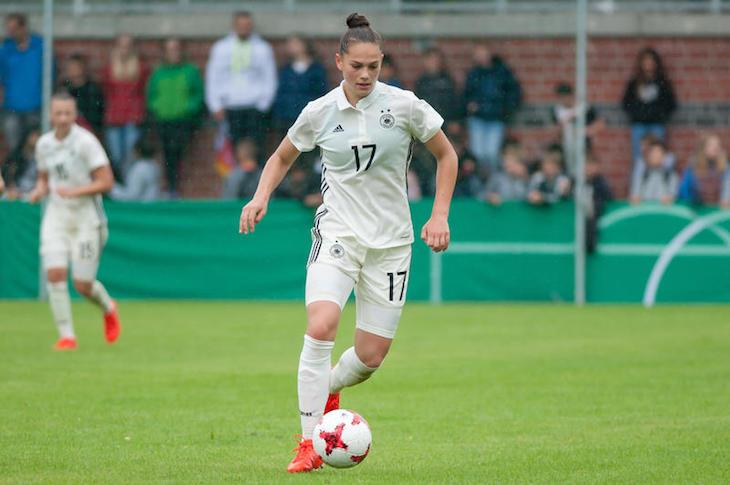 Jedes fußballbegeisterte Mädchen träumt davon, einmal für sein Land aufzulaufen. Junioren-Nationalspielerin Giovanna Hoffmann von Werder Bremen hat sich diesen Traum erfüllt - und zwar über die Landesauswahlen des BFV. (Foto: Oliver Baumgart)