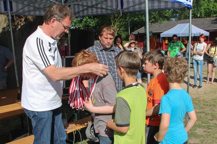 BFV-Vizepräsident Michael Grell (l.) überreichte jedem Kind eine Medaille. (Fotos: Ralf Krönke)