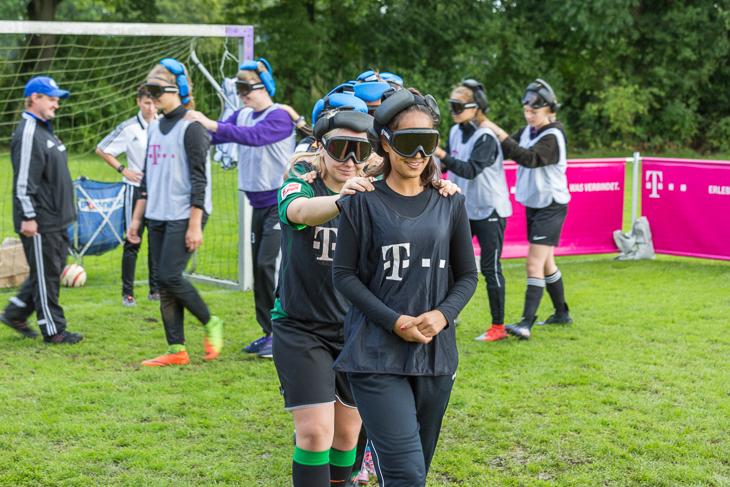 Die Jugendlichen konnten Erfahrungen im Blindenfußball sammeln.