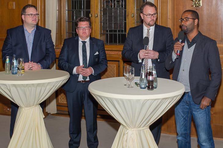 BFV-Präasident Björn Fecker, Werder-Präsident Dr. Hubertus Hess-Grunewald (v.l.) und Cacau (r.) sprachen in einer von Radio Bremen-Moderator Olaf Rathje geleiteten Talkrunde über den Fußball und die Integration.