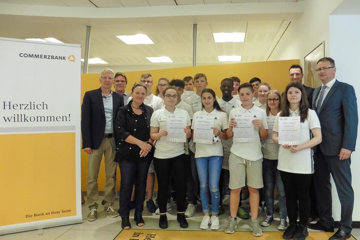 Vierzehn neue DFB-JUNIOR-COACHES für Bremerhaven: Die Schülerinnen und Schüler der SALM. (Foto: Jens Dortmann)
