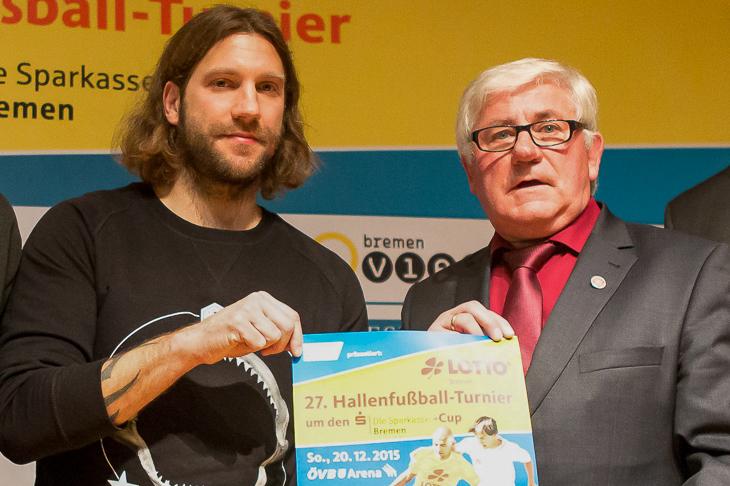Für das LOTTO-Hallenturnier um den Sparkasse Bremen Cup zog Kasper immer wieder promimente Losfeen, wie hier Werders Co-Trainer Torsten Frings (l.), an Land. (Foto: Sven Peter)