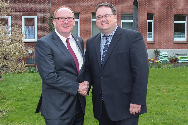 BFV-Präsident Björn Fecker (r.) zählte zu den ersten Gratulanten für Axel Zielinski.