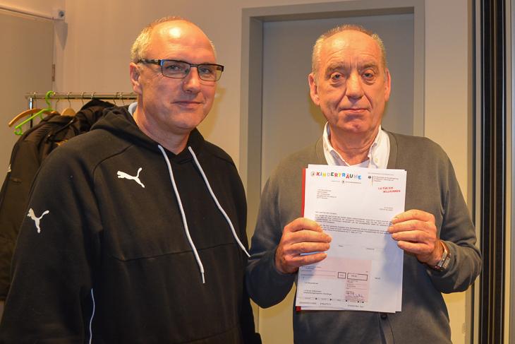 Matthias Schmit (l.) freute sich über den Scheck der Egidius-Braun-Stiftung, den ihm Dieter Stumpe überreichte. (Foto: Holger Franz)