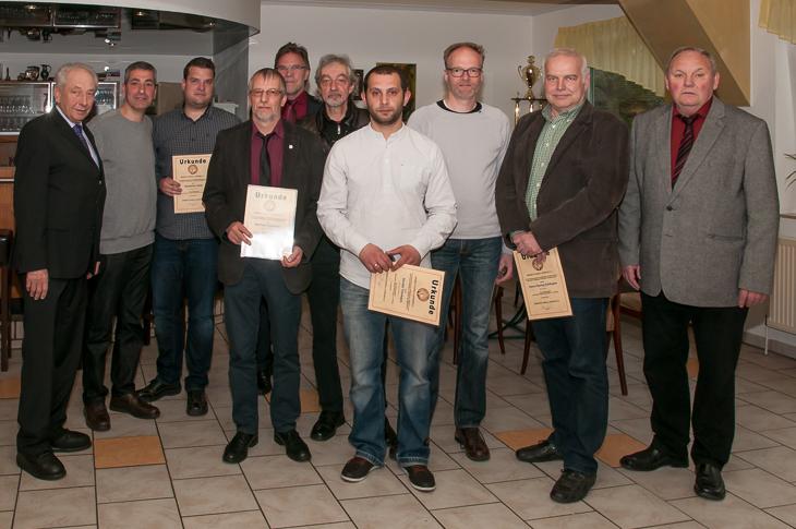 Die geehrten Ehrenamtler aus den Vereinen des Kreises Bremen-Stadt freuten sich über die BFV-Verdienstnadel. (Fotos: Oliver Baumgart)