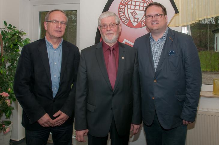 Horst Diestelkamp (m.) freuts ich über die Glückwünsche von BFV-Präsident Björn Fecker (r.) und seinem Vize Henry Bischoff.