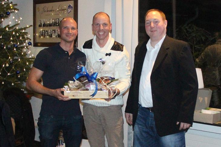 Daniel Riehl bekam ein kleines Präsent von Lehrwart Dominique Ofcarek und Schiedsrichterobmann Christian Braun (v.l.) überreicht.