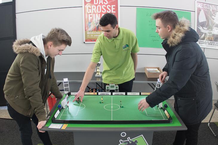 Am Tipp-Kick Tisch kann man das Geschehen aus der Halle noch einmal nachspielen. (Foto: dgphoto.de)