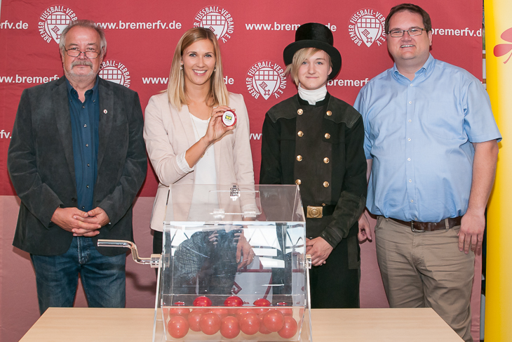 Spielobmann Ralf Lagerpusch, Sarah Kettler von LOTTO Bremen, Glücksfee Michelle Kreutschmann und BFV-Präsident Björn Fecker sind zufrieden mit der Auslosung. (Foto: Oliver Baumgart)