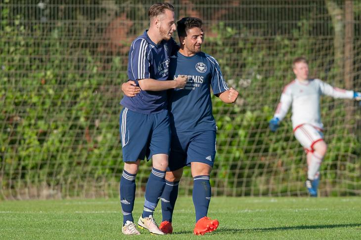 John Halstenberg und Mustafa Can (v.l.) wollen mit der DJK Blumenthal im Nordderby gegen die SG Aumund-Vegesack für eine Überraschung sorgen. (Foto: Oliver Baumgart)
