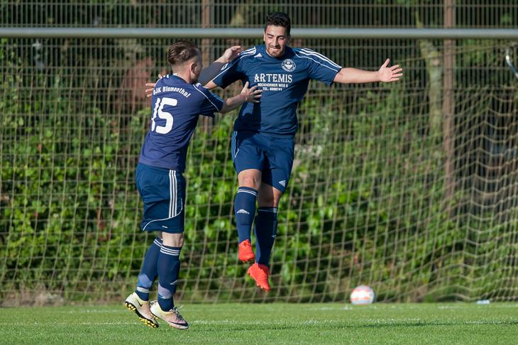 John Halstenberg und Mustafa Can (v.l.) feierten mit der DJK Blumenthal einen Sieg gegen den TSV Grolland. (Foto: Oliver Baumgart)