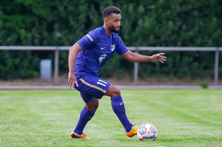Brinkums Malik Gueye möchte aus dem Nordsee-Stadion drei Punkte entführen. (Foto: Oliver Baumgart)
