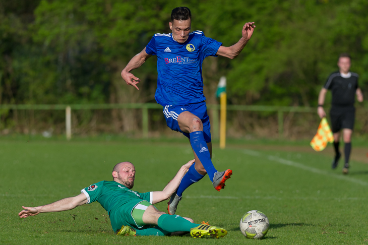 Vegesacks Nils Husmann (l.) versucht, Elmehdi Faouzi vom Ball zu trennen. (Foto: Oliver Baumgart)