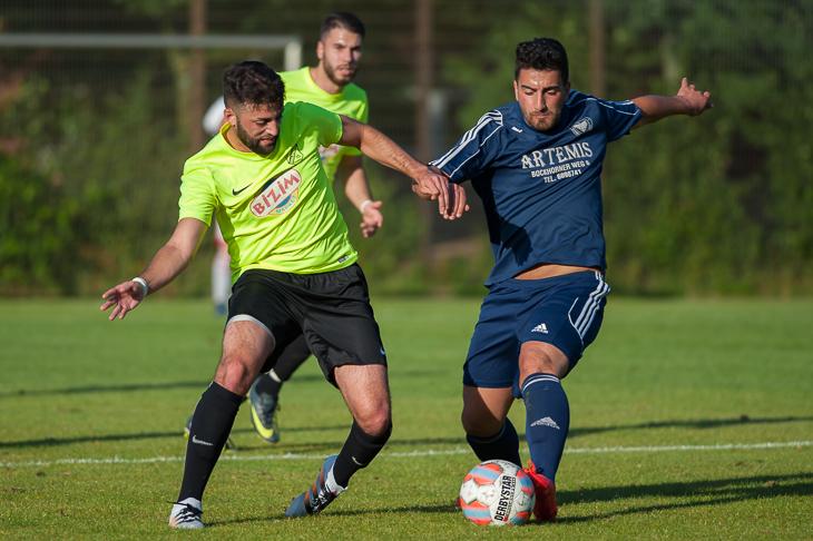 Sercan Cimen vom ATSV Sebaldsbrück (l.) kämpft mit Blumenthals Mustafa Can um den Ball. (Foto: Oliver Baumgart)