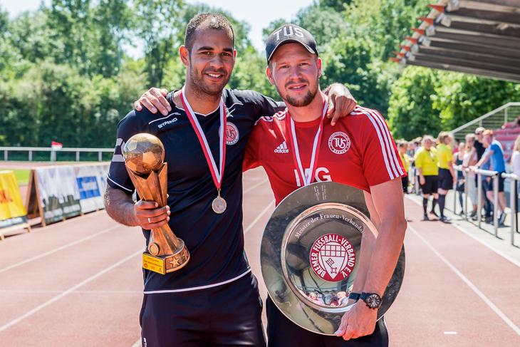 TuS-Trainer Benjamin Eta (l.) und Co-Trainer Michael Gätjen mit dem LOTTO-Pokal und der Meisterschale. (Foto: dgphoto.de)