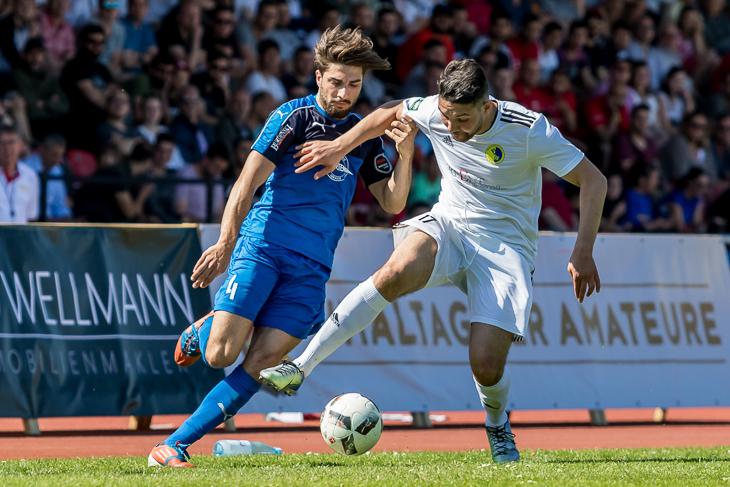 Ali Dag (l.) kann Youness Buduar nicht vom Ball trennen. (Foto: dgphoto.de)