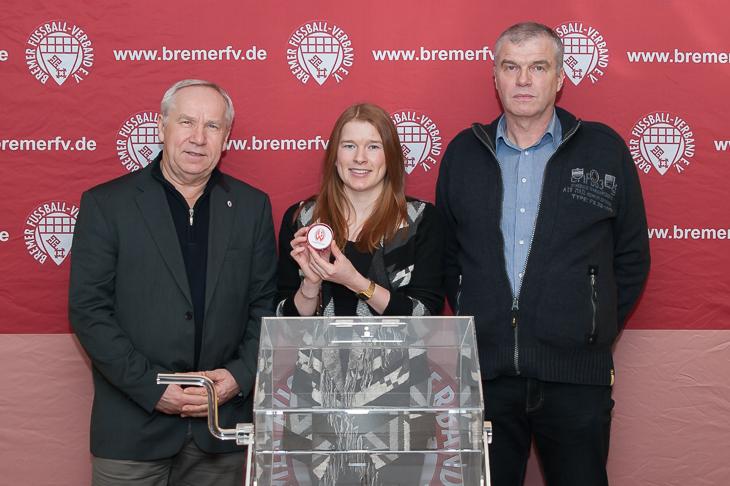 Nina Woller (m.) zog die Begegnung des LOTTO-Pokals. Bernd Wagner von LOTTO Bremen (l.) und Pokalspielleiter Jens Peters aus dem Verbandsspielausschuss waren mit dem Ergebnis zufrieden. (Foto: Oliver Baumgart)