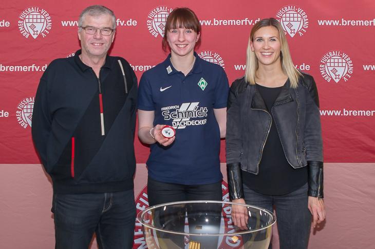 Lotta Heinrich (m.) zog spannende Partien aus dem Lostopf. Das fanden auch Sarah Kettler von LOTTO Bremen (r.) und der BFV-Spielausschussvorsitzende Jens Peters. (Foto: Oliver Baumgart)
