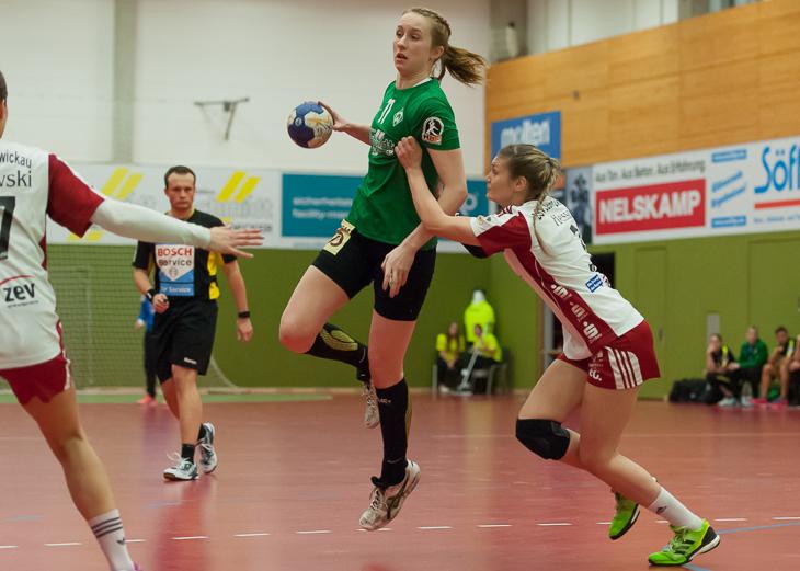Lotta Heinrich (am Ball) wird die Partien des LOTTO-Pokals auslosen. (Foto: Oliver Baumgart)