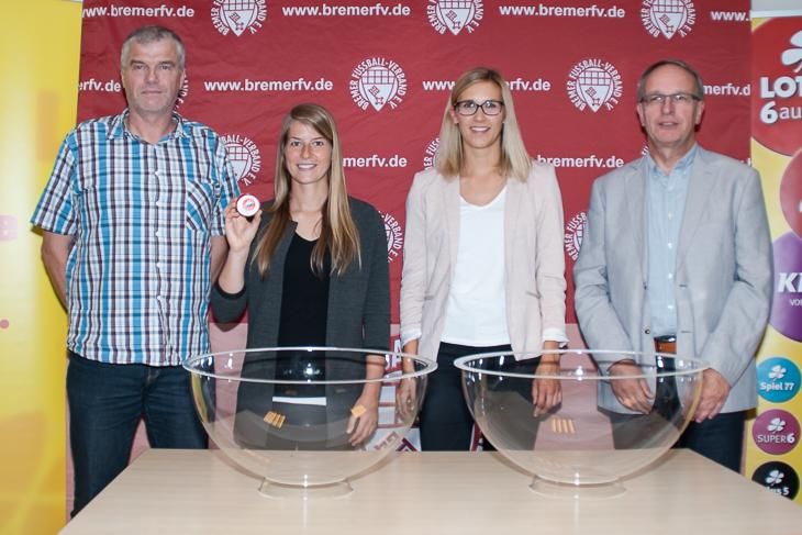 LOTTO-Pokal Spielleiter Jens Peters, Losfee Marie-Louise Eta, Sarah Kettler von LOTTO Bremen und BFV-Vizepräsident Henry Bischoff (v.l.) freuen sich auf spannende Spiele. (Foto: Oliver Baumgart)