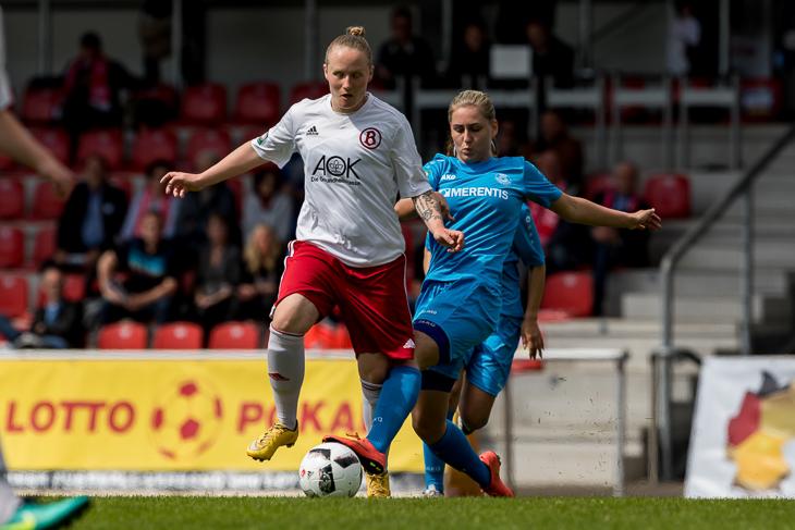 Buntentors Nathalie Martens (l.) im Zweikampf mit Juliane Stecking.